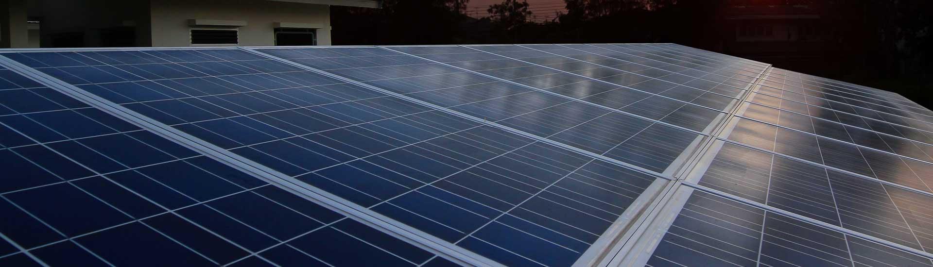 Un installateur de panneaux solaires photovoltaïques